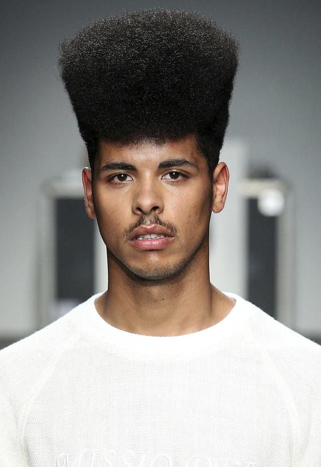 coupe de cheveux homme court boucle